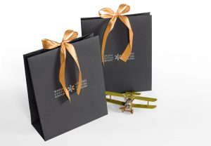 eleganckie torby reklamowe - czarne, papierowe z nadrukiem.